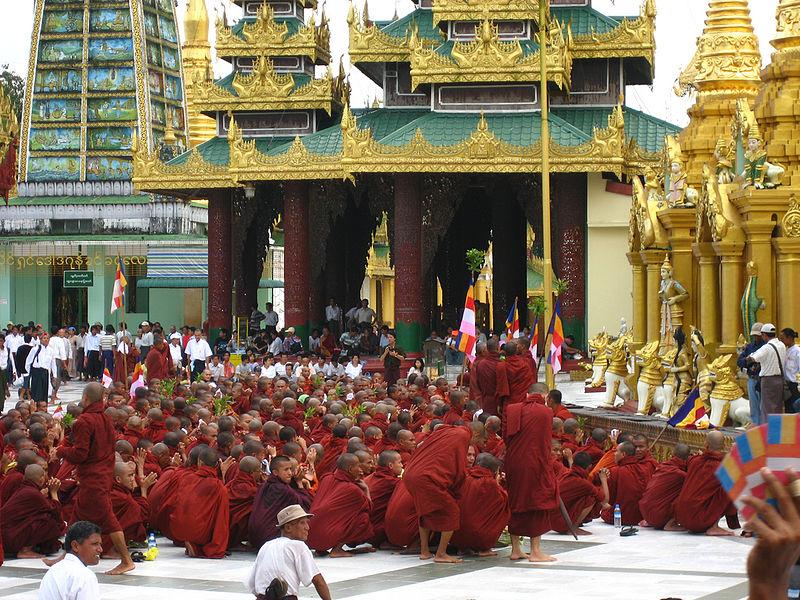 Protestas de monjes en Rangún. Foto por Racoles, Wikipedia Commons