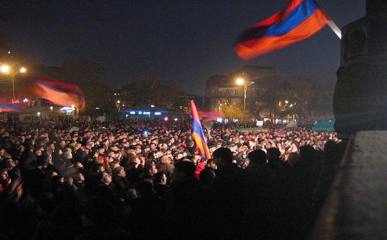 El gobierno de Armenia completará la hoja de ruta para el ingreso a la Unión Aduanera, mientras que la oposición protesta
