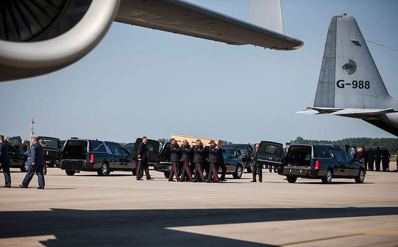 Arrival_of_corpses_from_MH17_at_Eindhoven_Airport