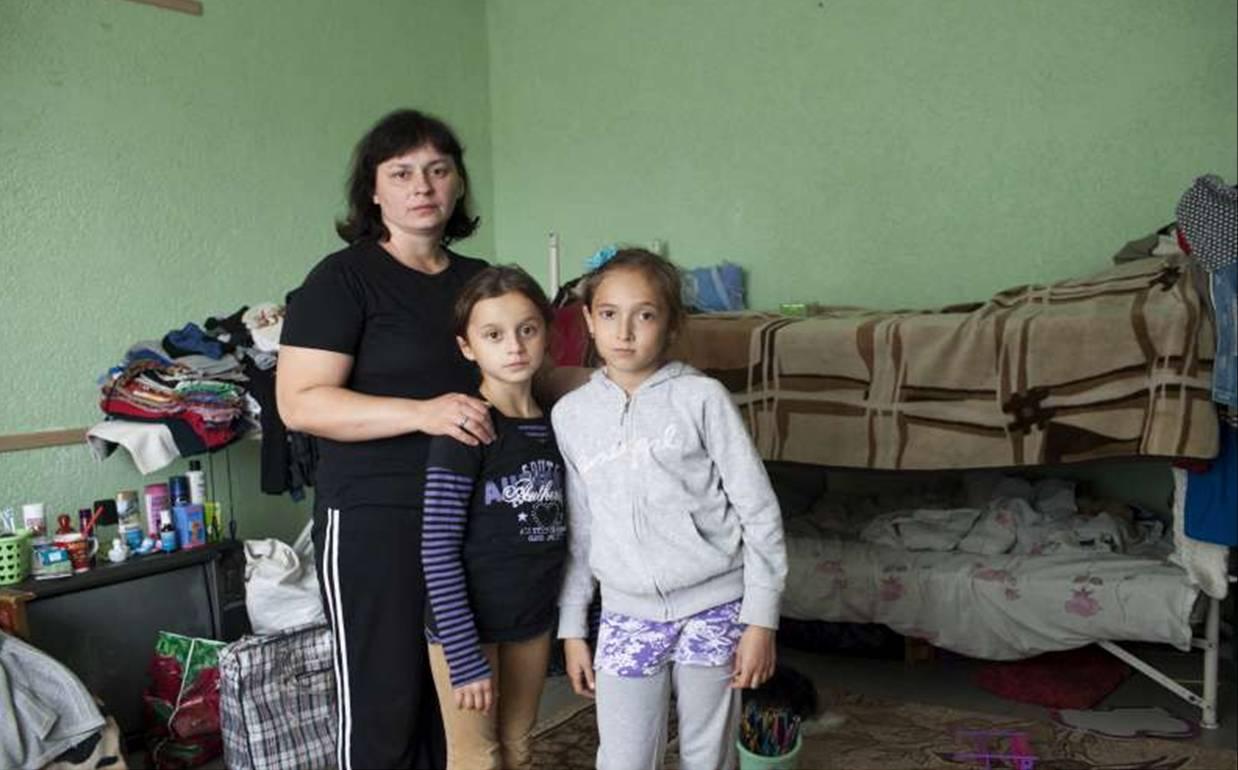 Una madre ucraniana con su hija y una amiga en la habitación donde vive junto a su familia, en un centro para desplazados en Slavyansk. Muchas de las personas que están alojadas aquí provienen de las regiones de Luhansk y Donetsk