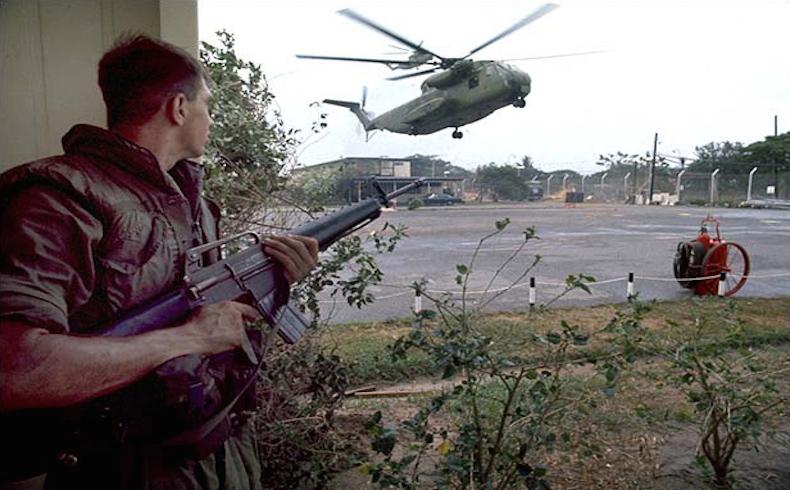 Un infante de marina estadounidense, armado con un M16A1, observa un helicóptero de evacuación.