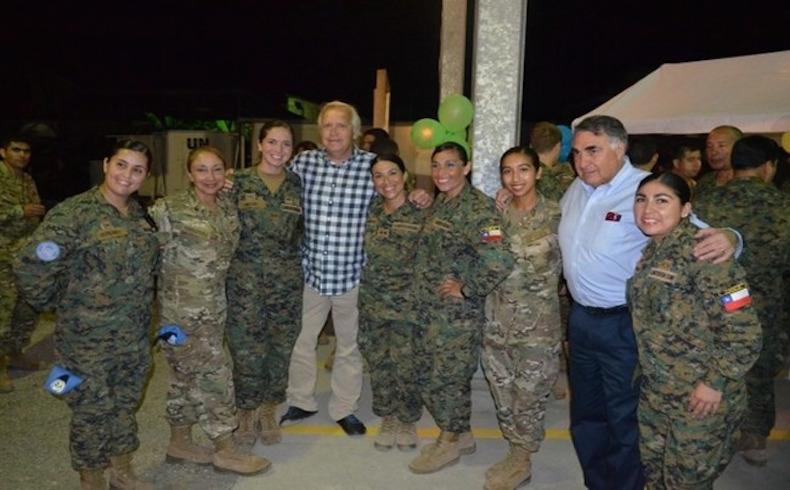 Un grupo de mujeres miembros de las Fuerzas Armadas chilenas que participan en la Misión de Naciones Unidas para la Estabilización de Haití (MINUSTAH) posan con compañeros de armas en Haití, el 9 de marzo. [Foto: Gobierno de Chile]