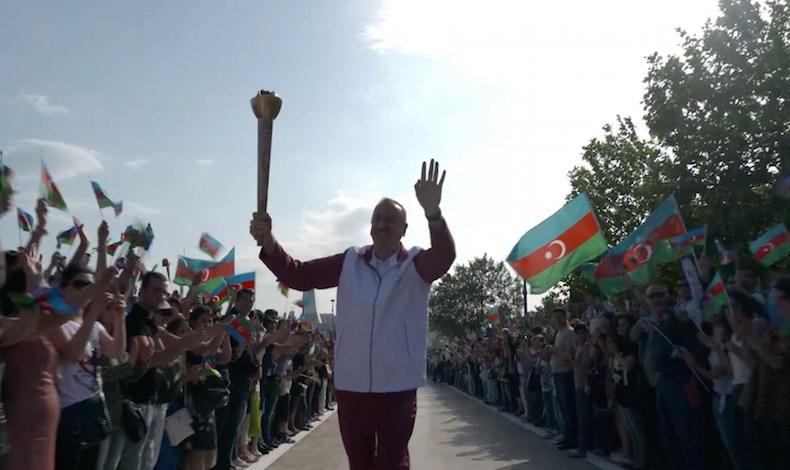 El presidente de Azerbaiyán, Ilham Aliyev, con la antorcha