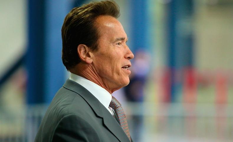 Desvestido, Arnold Schwarzenegger, promociona un nuevo videojuego