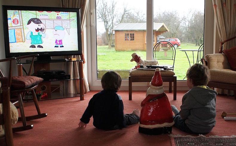 Si sus hijos se convierten en teleadictos, pregúntense si han controlado todos los contenidos que los niños ven en la tele