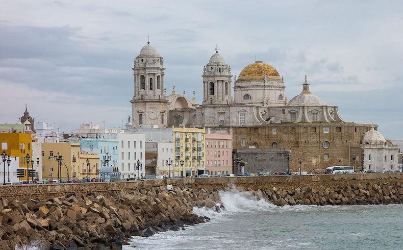 El Ayuntamiento de Cádiz prohíbe el nudismo en las playas urbanas