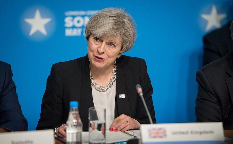 Theresa May insiste en formar gobierno, pero con una coalición frágil